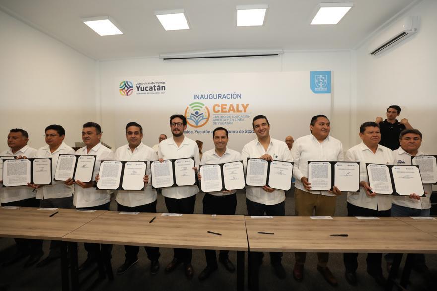 El gobernador Mauricio Vila con los directores y rectores de las instituciones de educación superior del Estado.